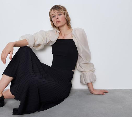 Top de punto con escote recto y manga abullonada de organza. Es de Zara y cuesta 25,95 euros.