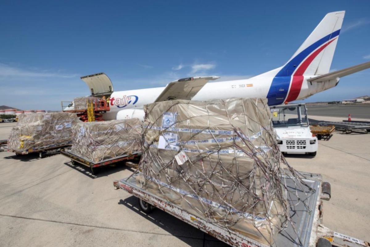Un avión cargado con material sanitario aterriza en el aeropuerto de Telde (Gran Canaria).