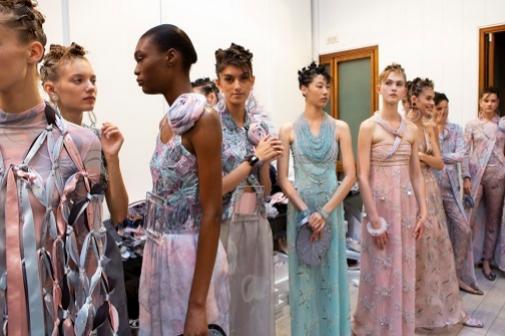 Algunas modelos lucen las prendas de la colección de primavera-verano 2020 de Giorgio Armani en el backstage del desfile.