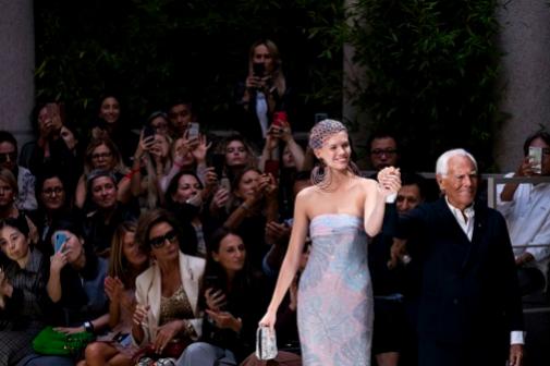 Giorgio Armani sale a saludar tras el desfile de primavera-verano 2020. En primera fila, Naty Abascal. El del pasado febrerro fue muy diferente, sin público, se emitió en 'streaming'. Foto: IMAXTREE.