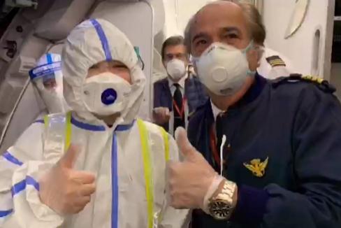 El comandante Álvarez-Castells junto a un sanitario que subió al avión en Shanghai.