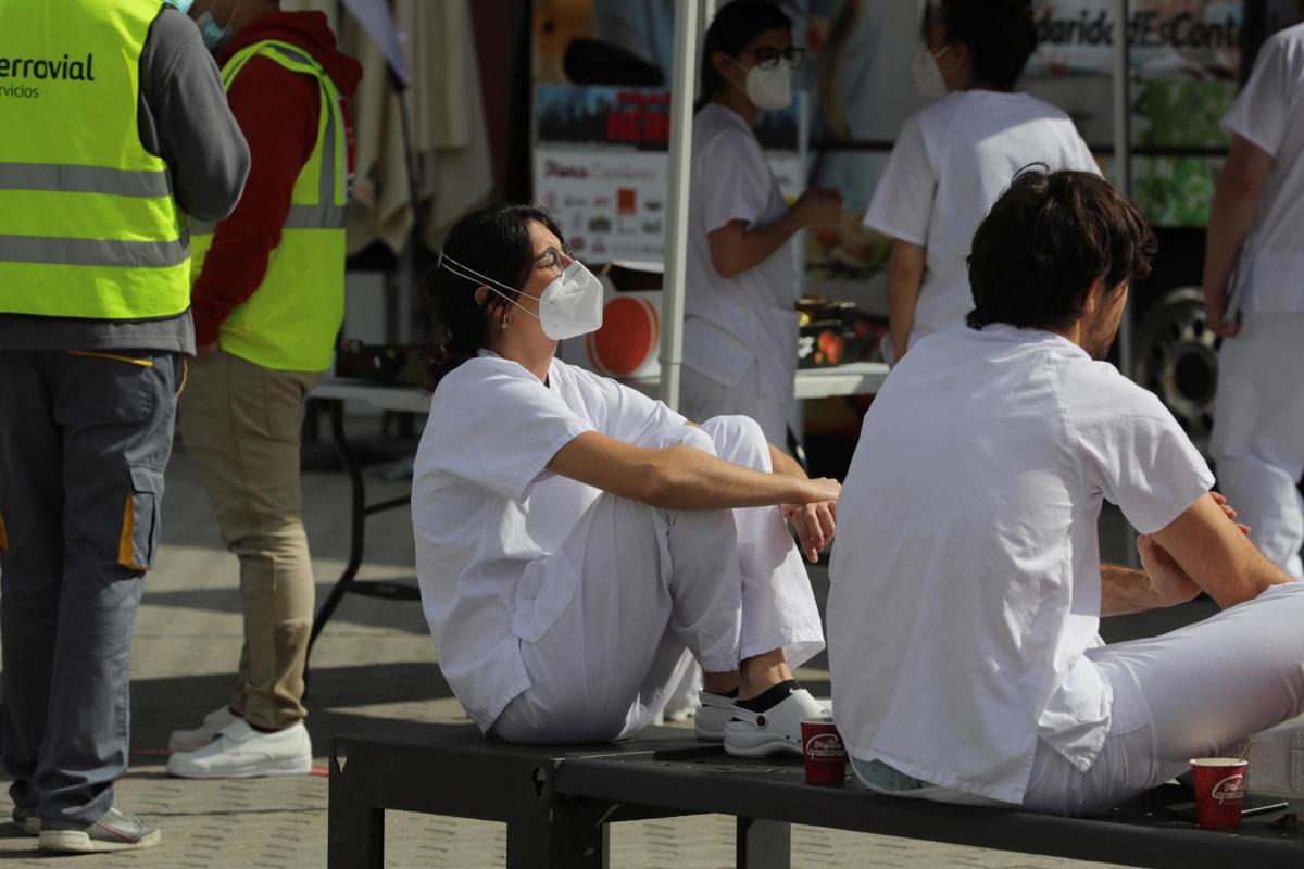 Trabajadores sanitarios, en un descanso, en Madrid.