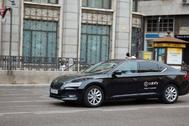 Un coche con licencia VTC y el logotipo de Cabify, por Madrid.