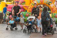 Dos padres acompañados por sus hijos participan en una de las jornadas organizadas por Hirukide en Bilbao.