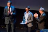 Quim Torra (dcha.), entrega un galardón a Oriol Mitjà (centro), en 2018.