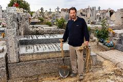 Miguel Valero, enterrador en el cementerio de La Almudena
