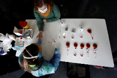 Una enfermera realiza un test de detección de Covid-19 en Pamplona.