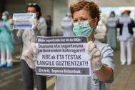 Sanitarias de IMQ recuerdan a su compañera fallecida y reclaman protección en Bilbao.