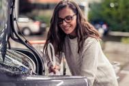 Una mujer en la promoción del servicio original de envíos de Cabify.