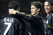 Raúl recibe la felicitación de Savio y Redondo, tras su primer gol en Old Trafford.