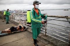 Trabajadores locales desinfectan el puerto de Manaos, en Brasil.