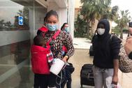 Inmigrantes, llegando al hotel del Cabo de Gata donde pasan el confinamiento.