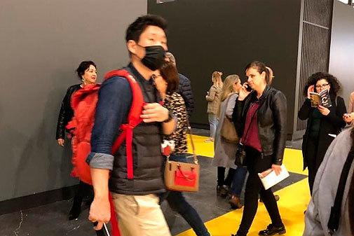 Un cliente asiático ya llevaba mascarilla en Cevisama.