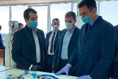 De izquierda a derecha los hermanos Ángel y Javier Escribano con el presidente del Gobierno, Pedro Sánchez, durante la visita de éste a la fábrica el pasado 3 de abril