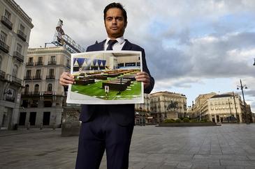 Víctor Valladares, con la imagen de los ataúdes de los fallecidos en el Palacio del Hielo de Madrid que publicó EL MUNDO.