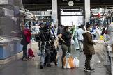 Clientes con mascarilla acuden al mercado de la plaza Vittorio en Roma.