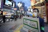 Tokyo (Japan).- A Tokyo metropolitan government employee wearing a protective face mask calls for passerby to stay home after the government announced the nationwide state of emergency due to the coronavirus (COVID-19) outbreak, at Kabukicho entertainment and red-light district in Tokyo, Japan 17 April 2020. Tokyo recorded 201 new cases of infection by the coronavirus bringing the total number of cases in the Japanese capital close to 2800. On 17 April, Japanese Prime Minister Shinzo Abe asked the population to stay home to fight the spread of the coronavirus. ( lt;HIT gt;Japón lt;/HIT gt;, Tokio) EPA/