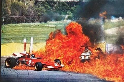 El fuego en el Ferrari de Ickx, recogido en el reportaje gráfico de la revista 'La actualidad española'.