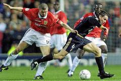 Fernando Redondo se marcha de Roy Keane, en el Manchester-Real Madrid de 2000.