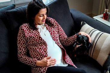 Inés Arrimadas, este viernes en su casa de Madrid, con su perrita 'Suiti'.