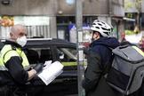 Un agente municipal de Bilbao denuncia a un ciudadano por saltarse el confinamiento, el pasado 8 de abril.
