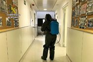 Un agente de la Guardia Civil desinfectando un área del hospital ibicenco de Can Misses, en la isla de Ibiza.
