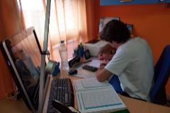 GRAF2733. ZARAGOZA.- El estudiante Iván Azón estudia para sus exámenes de EvAU. Estrés, agobio, nervios o temor son algunos de los sentimientos que provoca cada año en miles de estudiantes de Segundo de Bachillerato la realización de la Evaluación para el Acceso a la lt;HIT gt;Universidad lt;/HIT gt; (EvAU), unas emociones sobre las que sobresale la incertidumbre en este 2020 en el que el lt;HIT gt;coronavirus lt;/HIT gt; lo trastoca todo. El confinamiento impuesto por el riesgo al contagio ha encerrado en sus casas a los estudiantes, que han tenido que convertir sus espacios domésticos en aulas e incrementar el trabajo individual, la capacidad de concentración y la fuerza de voluntad para suplir la cercanía del profesor y la falta de interacción física.