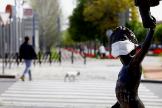 GRAF2894. CÓRDOBA.- Una escultura de un niño protegida con una lt;HIT gt;mascarilla lt;/HIT gt; sanitaria en Córdoba, este domingo durante en el trigésimo sexto día del estado de alarma decretado por el Gobierno para frenar el avance del coronavirus.