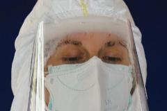 Una trabajadora sanitaria recoge muestras para pruebas de coronavirus en el Hospital Universitario de Burgos.