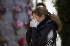 Jose Luis y Ana entierran en un columbario las cenizas de su padre, muerto por coronavirus