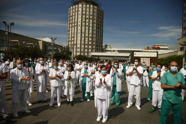 Trabajadores del hospital de la La Paz, en Madrid, homenajean al jefe de Cirugía, fallecido por coronavirus.