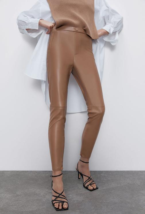 Legging de tiro medio con efecto piel de Zara. Está rebajado y cuesta solo 12,99 euros.
