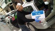 Voluntarios sancionados repartiendo productos de primera necesidad este fin de semana.