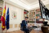 El presidente del Gobierno, Pedro Sánchez, este lunes en su videoconferencia con el líder del PP, Pablo Casado.