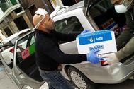 Voluntarios repartiendo productos de primera necesidad, el pasado fin de semana, en Ibiza.