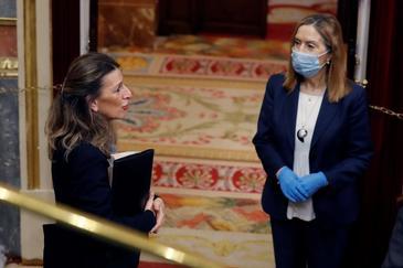 La ministra de Trabajo, Yolanda Díaz, durante el pleno del Congreso el pasado 15 de abril frente a la ex ministra Ana Pastor.