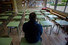 Un profesor en una clase vacía de un colegio de Aranda de Duero (Burgos).