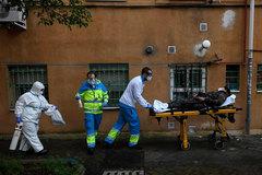 Sanitarios trasladan al hospital a un paciente de coronavirus en Madrid.