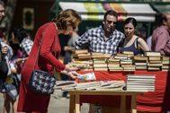 Una mujer busca un ejemplar durante el Día del Libro celebrado en Bilbao en 2018