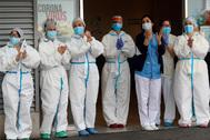 Sanitarios aplauden en la puerta de un hospital.