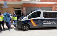Agentes de la Policía Nacional tras detener el sospechoso.