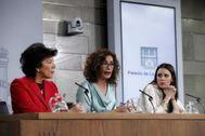María Jesús Montero (c), Isabel Celáa (izq) e Irene Montero en el palacio de La Moncloa.