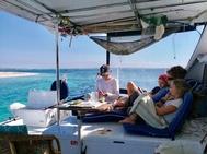 Valerie Jefford y sus tres hijos en la cubierta de su catamarán en Formentera.