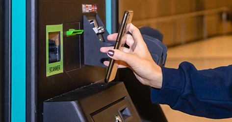 Lector de códigos QR en el aeropuerto.