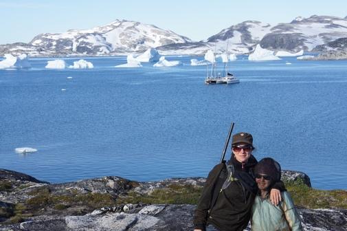 Valerie Jefford con su hija Lauren en Groenlandia, y el Water Dogs al fondo.