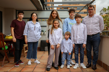 Maribel y Jesús con seis de sus siete hijos.
