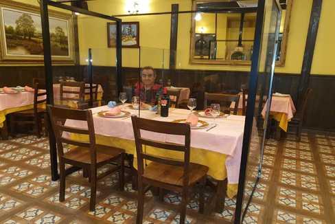 El empresario Enrique Abanades, ayer, mostrando el sistema de mamparas de metacrilato que experimentan en el restaurante El Viejo Café de Leganés.