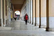 La presidenta, Francina Armengol, se dirige en solitario al Parlament para la sesión reducida de ayer. J. SERRA