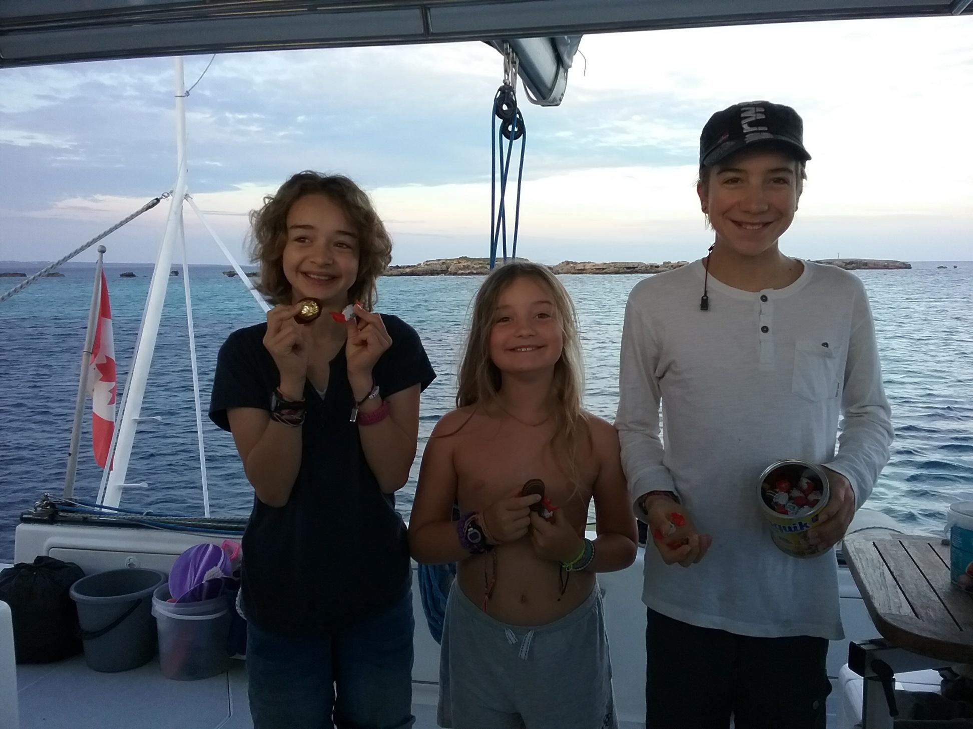 Lauren, Amelia y Gabriel con huevos de pascua en Formentera.
