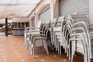 Un restaurante cerrado en Cala Mandia, en Manacor, a consecuencia del confinamiento. CATI CLADERA / EFE